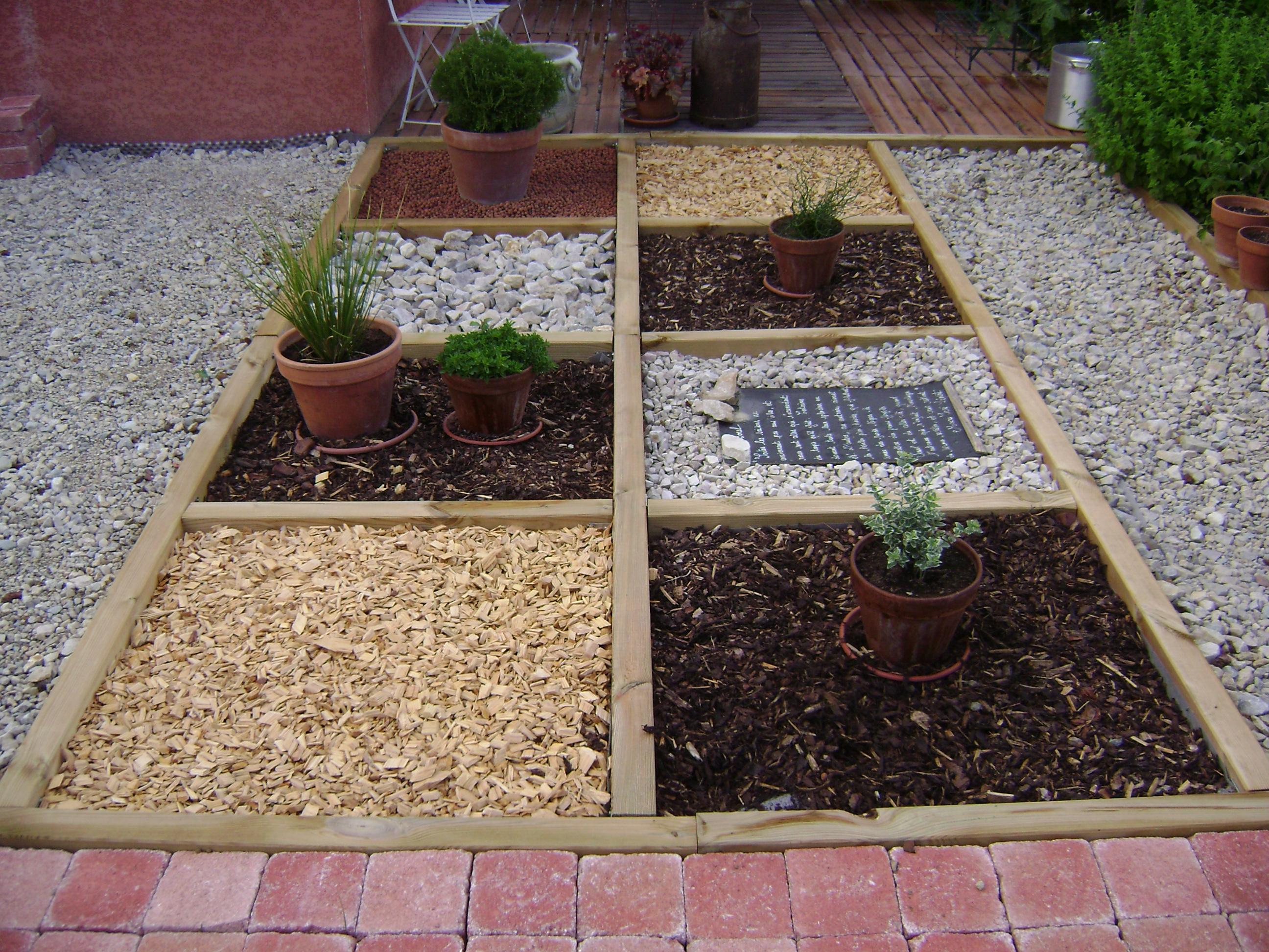 un petit jardin en damier abeilles et petites mains. Black Bedroom Furniture Sets. Home Design Ideas